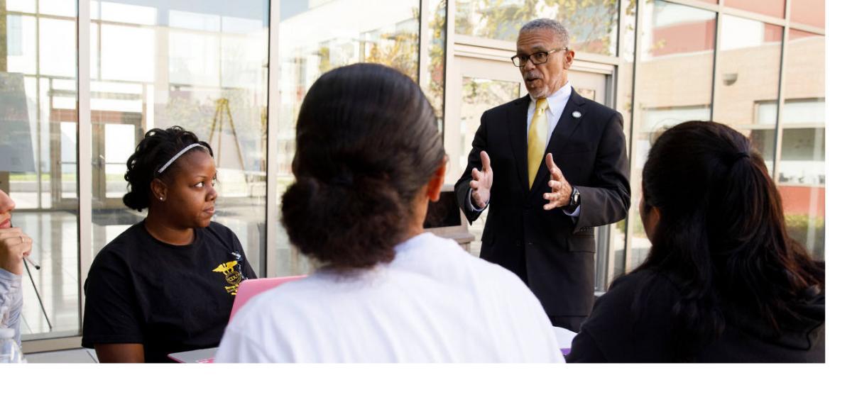 El doctor construye una fuerza laboral diversa para el cuidado de la salud en California