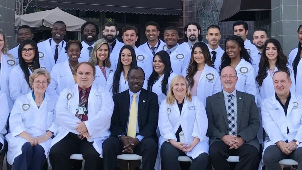 ảnh áo trắng của nhóm Tiến sĩ Ferrini
